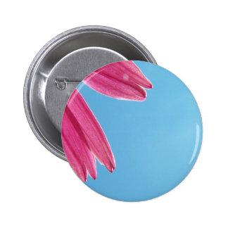 Flor del cono y cielo azul pin redondo 5 cm