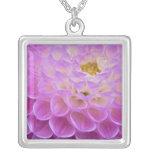 Flor del crisantemo que adorna el sitio grave aden joyerias