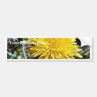 Flor del diente de león en hierba pegatina para auto