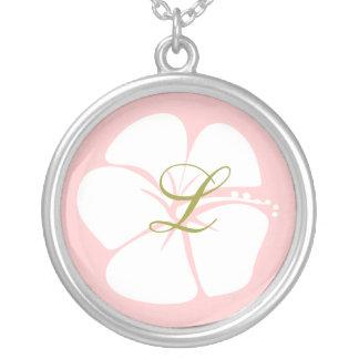 Flor del hibisco con el monograma colgante redondo