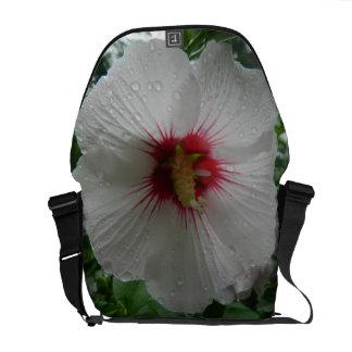 Flor del hibisco en la lluvia bolsas messenger