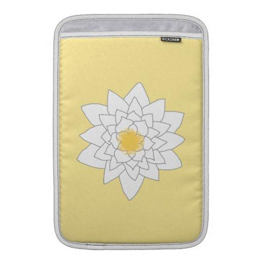 Flor del lirio de agua. Blanco y amarillo. Estilo  Funda MacBook