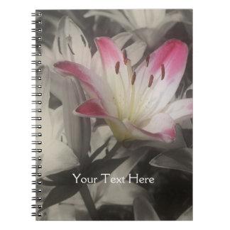 Flor del lirio en cuaderno blanco y negro