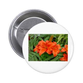 Flor del lirio - naranja iridiscente (Matt 28-30) Pin Redondo De 2 Pulgadas
