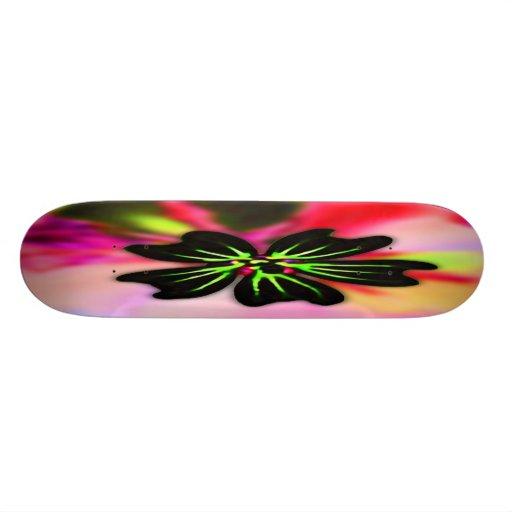 Flor del negro y de la verde lima en la parte post tabla de skate