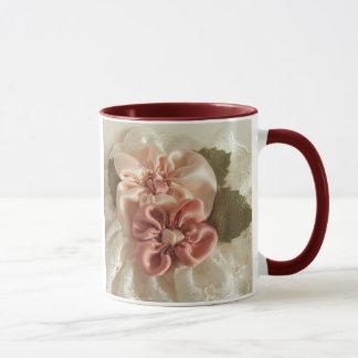 Flor del rosa de color salmón y del melocotón taza