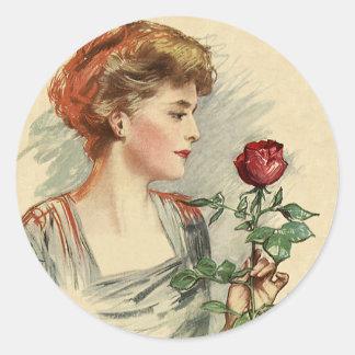 Flor del rosa rojo de la mujer del Victorian del Pegatinas Redondas