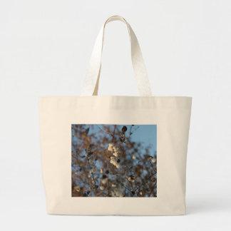 Flor del snowberry del invierno con los copos de n bolsas lienzo