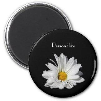 Flor elegante de la margarita blanca con nombre imán redondo 5 cm