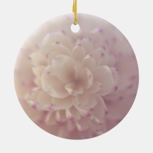 Flor en colores pastel suave adorno navideño redondo de cerámica