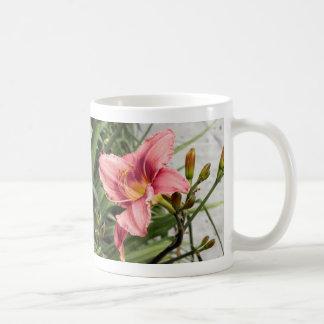 Flor en la acera taza de café