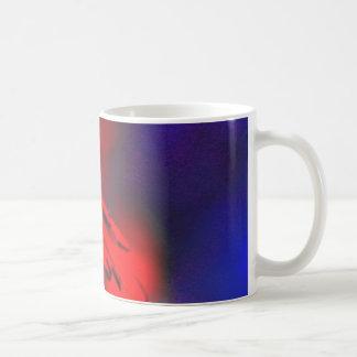 flor en la frecuencia intermedia violeta taza de café