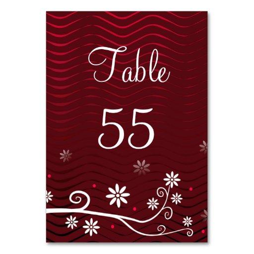 Flor en tarjeta rojo oscuro del número de la tabla