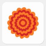 Flor enrrollada en anaranjado y rojo calcomanía cuadradase