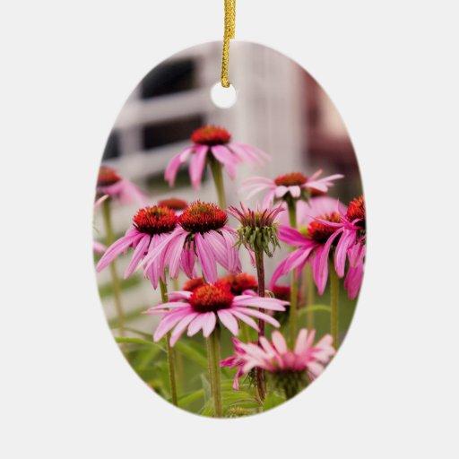 Flor - flor del cono - en un jardín inglés adorno ovalado de cerámica