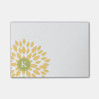 Flor floreciente amarillo con el monograma verde post-it® notas