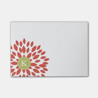 Flor floreciente rojo con el monograma verde nota post-it®