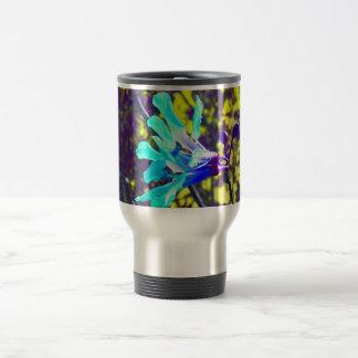 flor fresca del cielo amarillo púrpura de la orquí taza de café