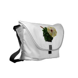 Flor grande del hibisco con follaje bolsas messenger