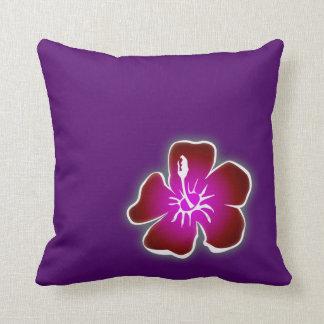 Flor hawaiana roja del hibisco en la almohada púrp