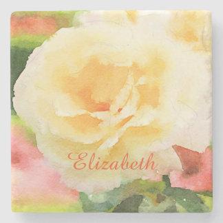 Flor híbrida amarilla hermosa del rosa de té de la posavasos de piedra
