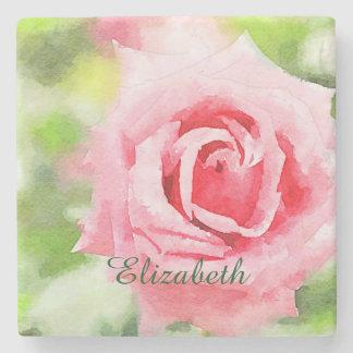 Flor híbrida rosada hermosa del rosa de té de la posavasos de piedra