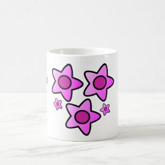Flor intrépida rosada 5 en un modelo en la taza