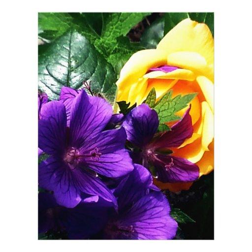 Flor macra azul y amarilla membrete a diseño