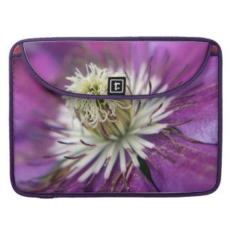 Flor macra del Clematis púrpura Funda Para Macbook Pro