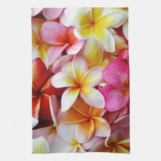 Flor mezclada blanca amarilla rosada del Plumeria Toallas De Mano