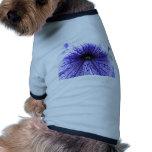Flor modelada vena púrpura camisetas de perro