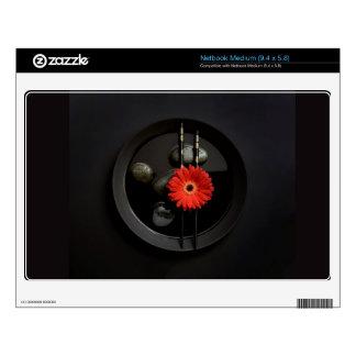 Flor negra del zen netbook mediano calcomanía
