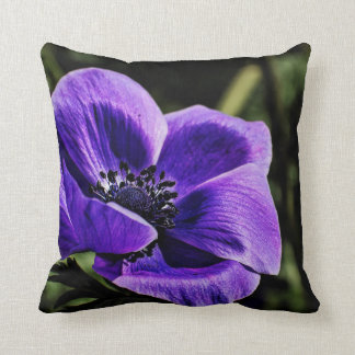 Flor perenne en una almohada de tiro
