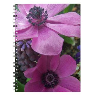 Flor perfectamente rosado de la anémona libro de apuntes con espiral