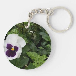 flor púrpura blanca del pensamiento contra verde llavero redondo acrílico a doble cara