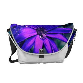 Flor púrpura bolsas de mensajería