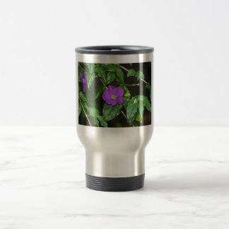 Flor púrpura bonita contra fondo oscuro taza térmica