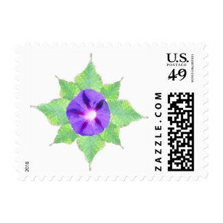 Flor púrpura con las hojas verdes estampilla