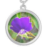 flor púrpura contra efecto pintado verde grimpola personalizada