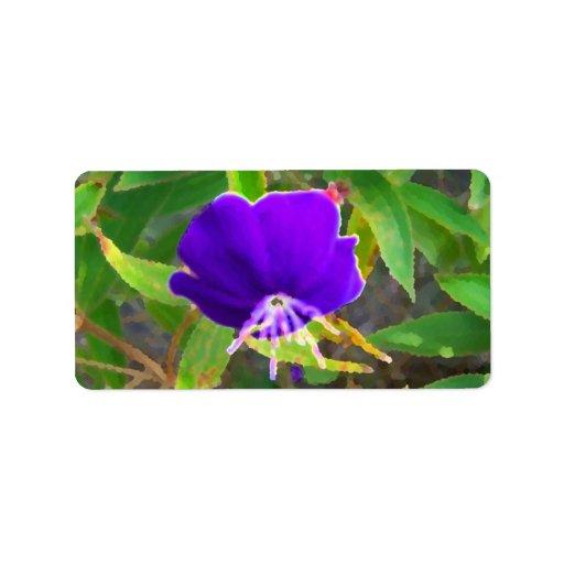flor púrpura contra efecto pintado verde etiqueta de dirección