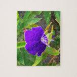 flor púrpura contra efecto pintado verde puzzle
