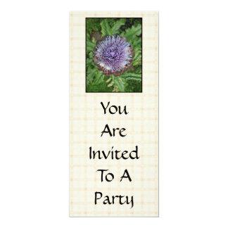 """Flor púrpura de la alcachofa. En control beige Invitación 4"""" X 9.25"""""""