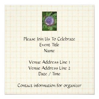 """Flor púrpura de la alcachofa. En control beige Invitación 5.25"""" X 5.25"""""""