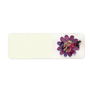 Flor púrpura de la cinta etiqueta de remite