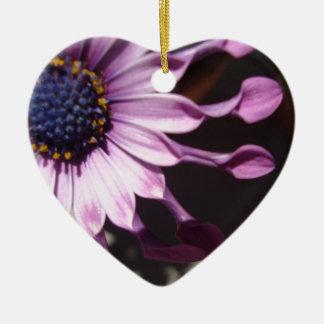 Flor púrpura de la cuchara adorno navideño de cerámica en forma de corazón