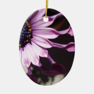 Flor púrpura de la cuchara adorno navideño ovalado de cerámica