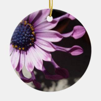Flor púrpura de la cuchara adorno navideño redondo de cerámica