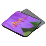 Flor púrpura de la flor del lirio de agua manga portátil