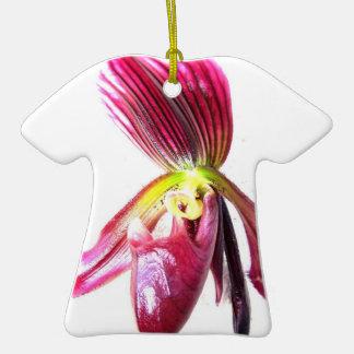 Flor púrpura de la orquídea de deslizador contra l ornaments para arbol de navidad