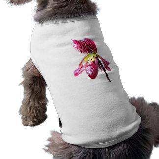 Flor púrpura de la orquídea de deslizador contra l camisa de mascota